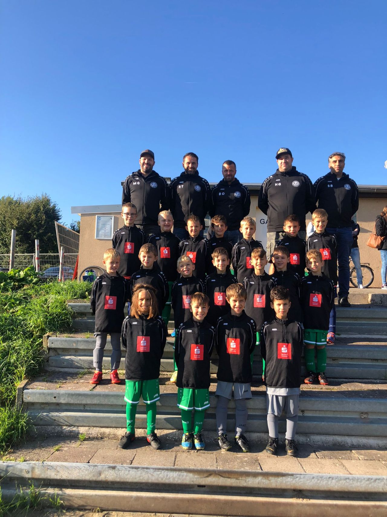 Mannschaftsfoto der F-Jugend beim ersten Spieltag in Linkenheim mit den neuen Trainingsjacken