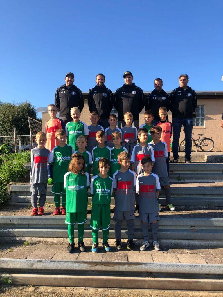 Mannschaftsfoto der F-Jugend beim ersten Spieltag in Linkenheim mit den neuen Trikots